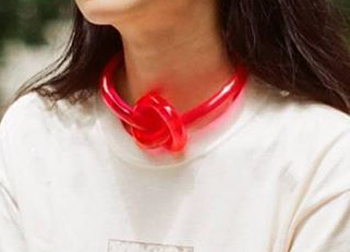 LUCITE KNOT CHOKER - RED