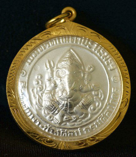 Round Pearl-Shell White Ganesh Amulet