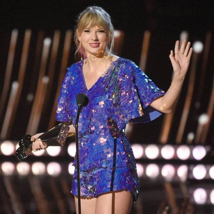 Taylor swift accepts her award at the Iheart Radio Music Awards