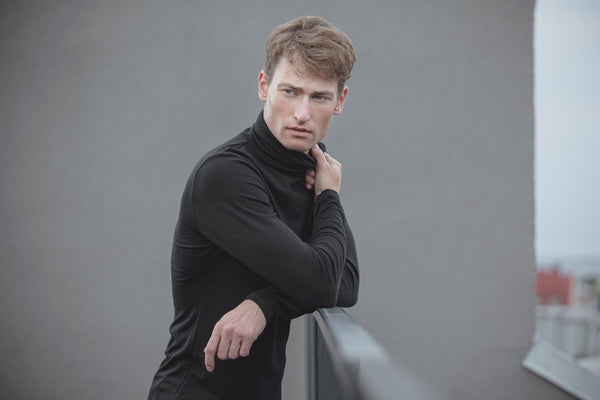 Slim-fit turtleneck sweater in merino (black)-T-Shirts-Feelwear