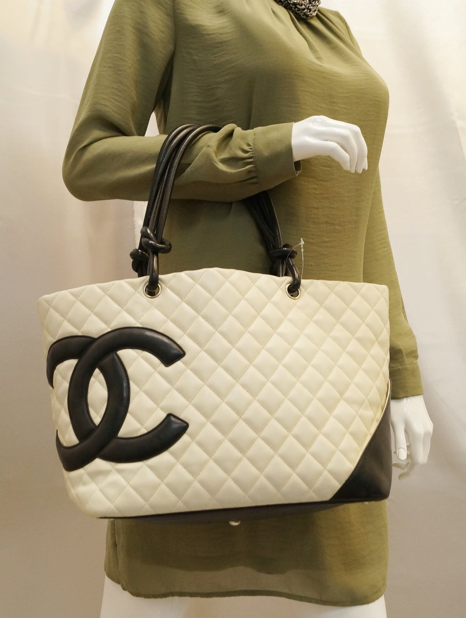 2a9af6c993120a CHANEL White Quilted Leather Ligne Cambon Tote Bag