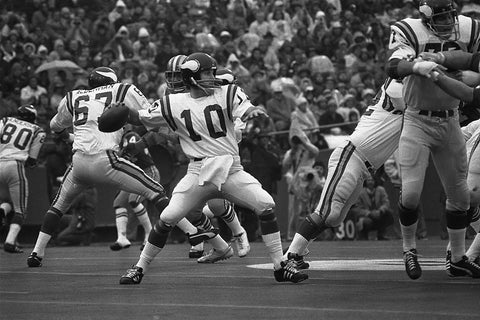 Tarkenton sets to pass in the pocket