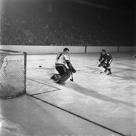 Ted Lindsay scores on Jack Norris