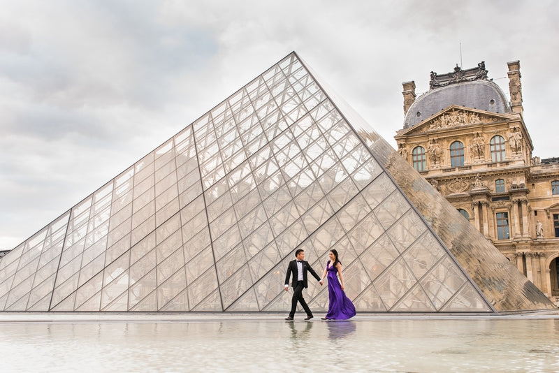 Lovers at the Louvre in Paris