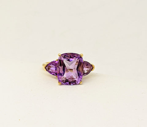 Amethyst three stones ring, yellow gold