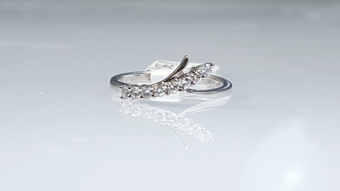 14k white gold curved diamond right hand ring