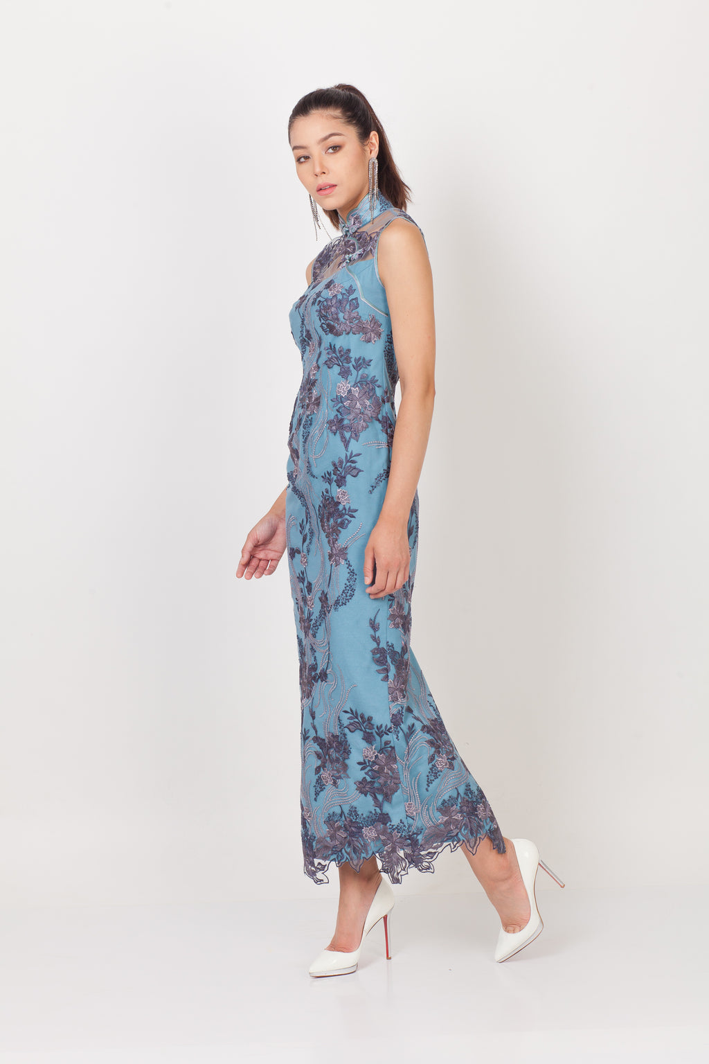 Qipology Sleeveless Lace Qipao