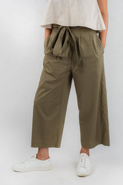 Model wears Esse organic cotton paper bag trousers, available on sustainable fashion store ZERRIN