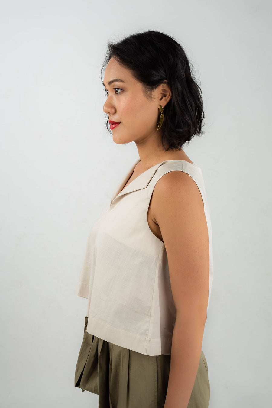 Front view of model wearing Esse organic cotton trapeze top, available on sustainable fashion store ZERRIN