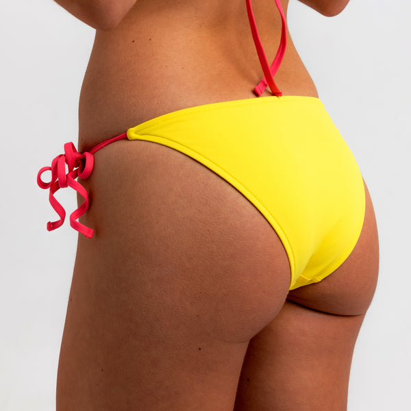 Totally adjustable yellow bikini set with push-up bra and bottom. Pink straps and zipper detail. Really comfortable for pool or beach. This bikini will never upset you, it will alway be one of your favorites. Parte inferior bikini. Bikini amarillo. Bikini de lazos.