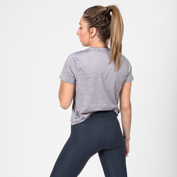Breathable and relaxed fabric t-shirt grey melange color. Ideal for practicing sports. The fitting gives you room to breath. Camiseta para hacer deporte.