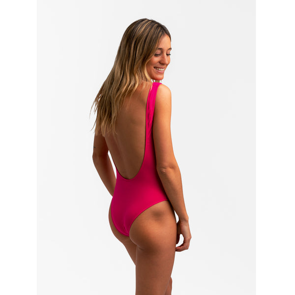 Pink high and low cut one piece swimwear. Pinnk adjustable big zipper. Open back and fitted at waist to flatter curves. Super stretchy and soft with double lining. Bañador rosa de una pieza. Cremallera rosa ajustable. Diseño de espalda abierta, se ajusta al perfectamente al cuerpo.