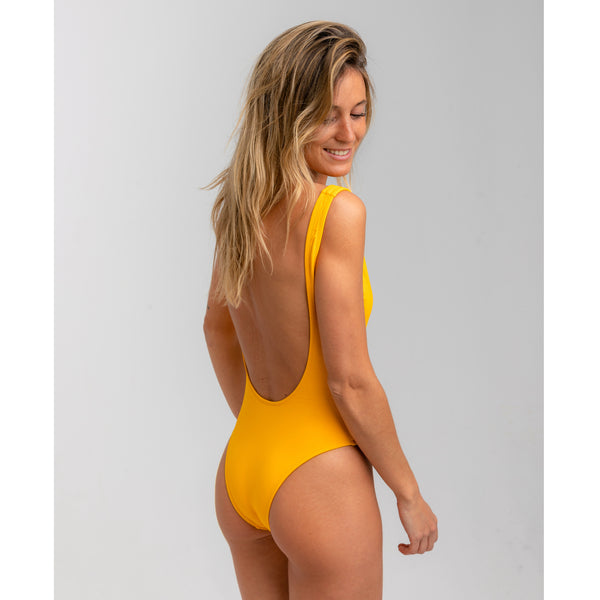 Yellow high and low cut one piece swimwear. White adjustable big zipper. Open back and fitted at waist to flatter curves. Super stretchy and soft with double lining. Bañador amarillo de una pieza. Cremallera blanca ajustable. Diseño de espalda abierta, se ajusta al perfectamente al cuerpo.