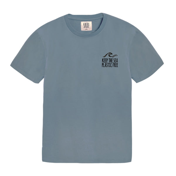 Basic cut blue t-shirt with embroided quote. Relaxed fit. Made of 100% organic cotton. Designed in Spain, made in Portugal. Camiseta básica azul. Camiseta básica con frase. Camiseta básica oversized. Camiseta para chico. Camiseta para chica.
