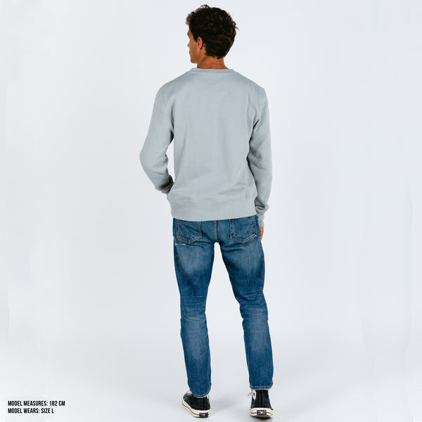 Light solid grey classic cut sweater with curl embroidery quote. I need a siesta. Cozy interior to keep you warm. Cuffs and waist with elastic rib. Designed in Spain. Sudadera gris. Sudadera oversized. Sudadera básica.