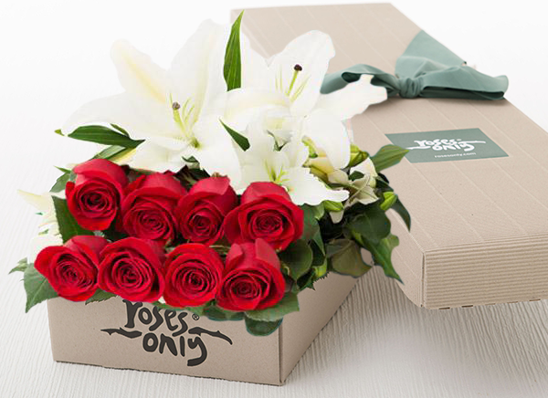 4 WHITE LILIES AND 8 RED ROSES GIFT BOX