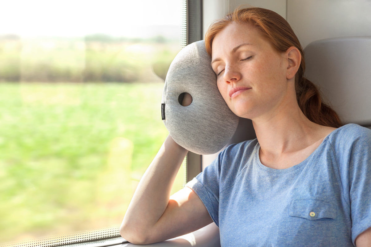 ostrichpillow_mini_desk-&-travel-pillow_woman_train_midnight-grey