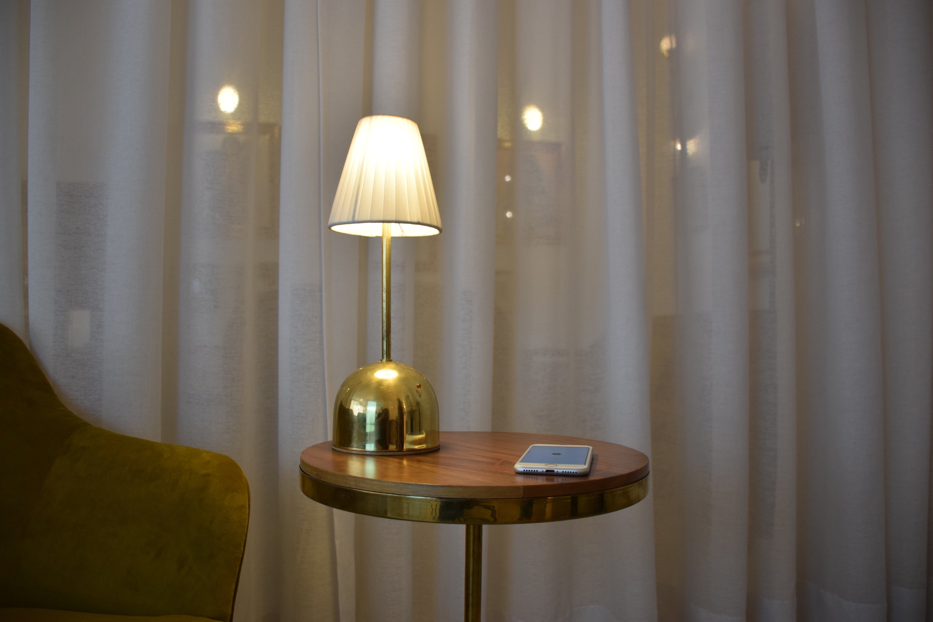 Contemporary vintage wireless LED lamp and charging table