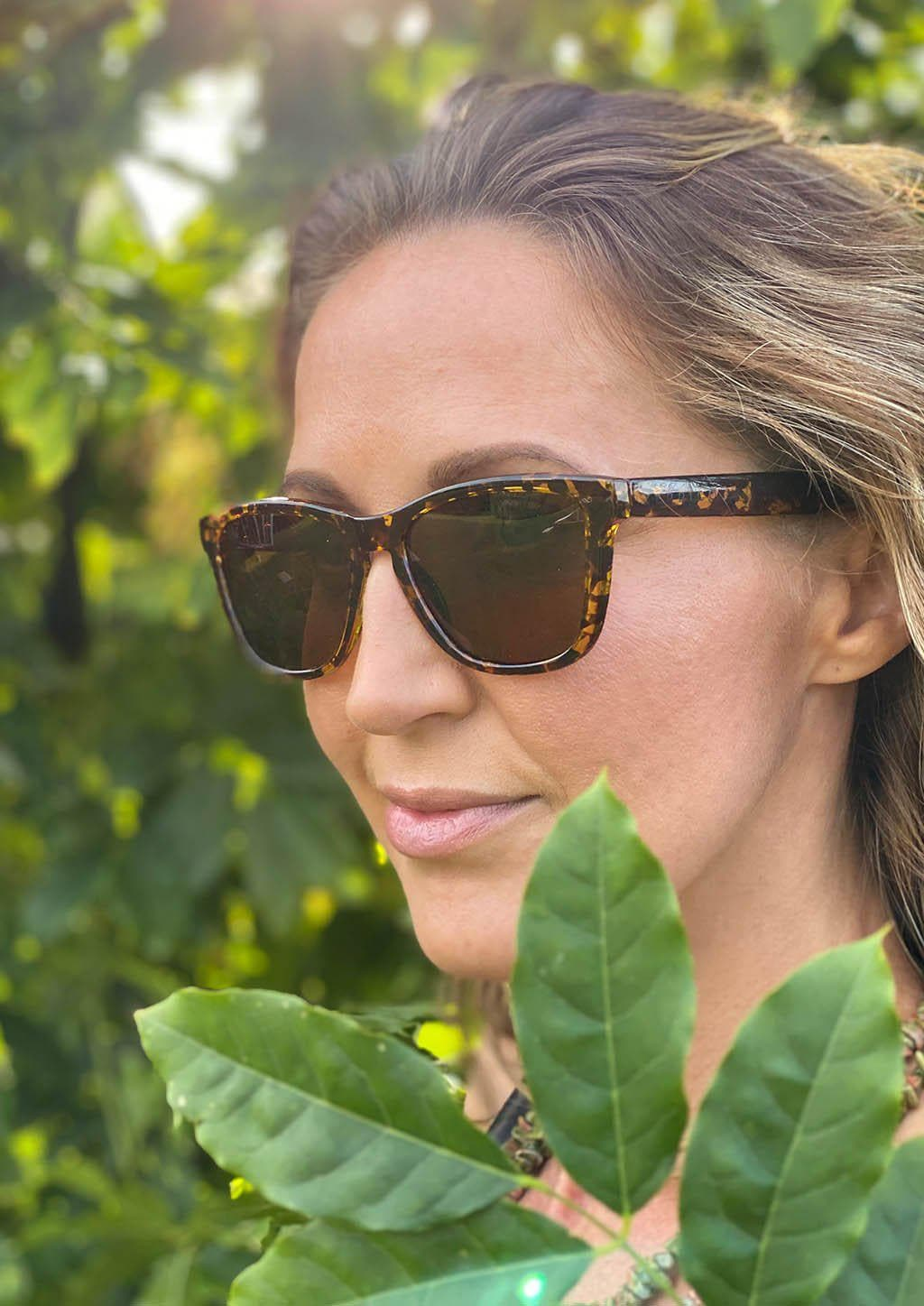Our Mood V2 is an improved version of our last wayfarers. Plastic body for great quality and durabilty. This is Chic with tortoise frame and brown lenses. On Swedish female mode.
