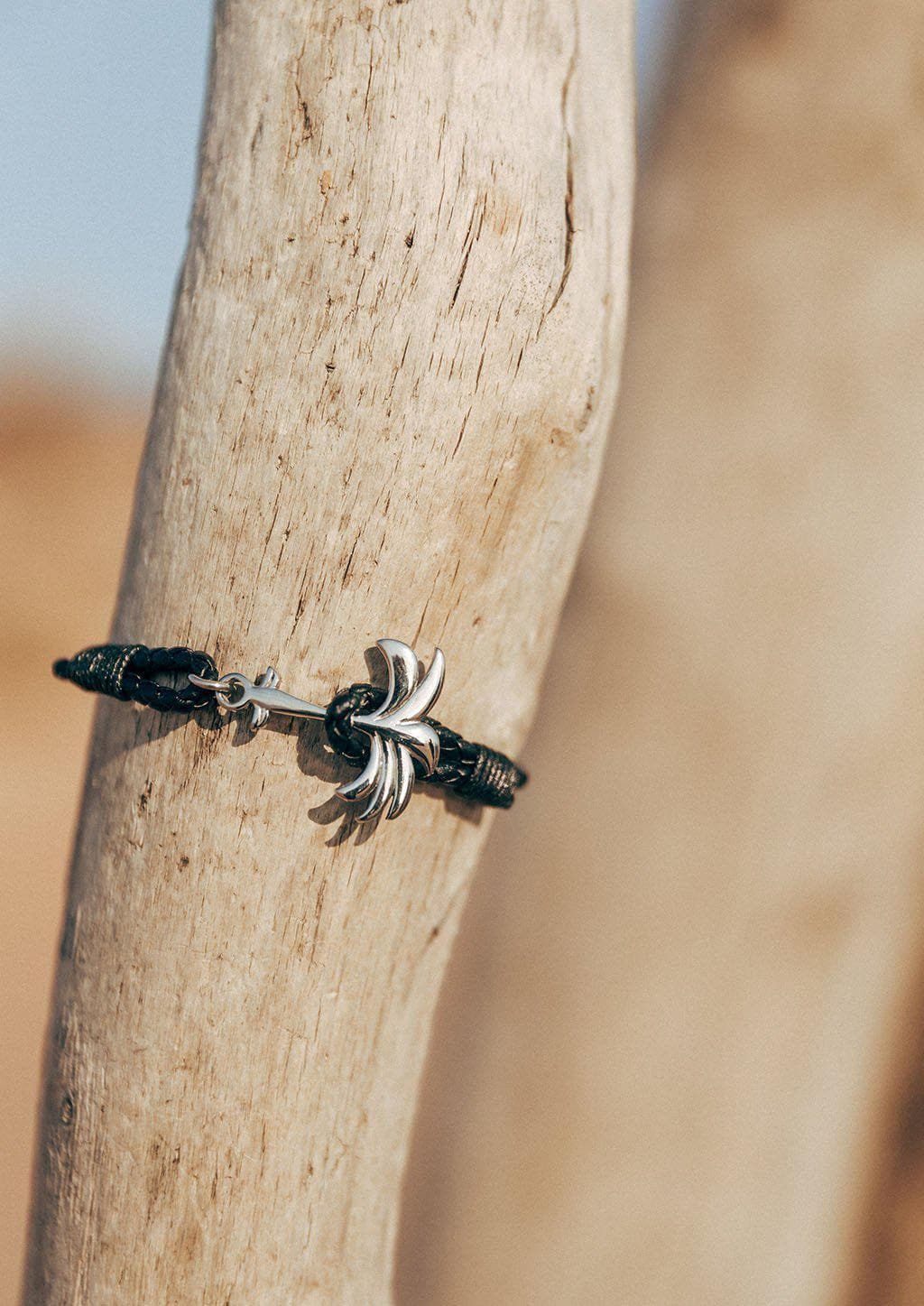 Starlight - Season two Palm anchor bracelet with black leather. On the beach.