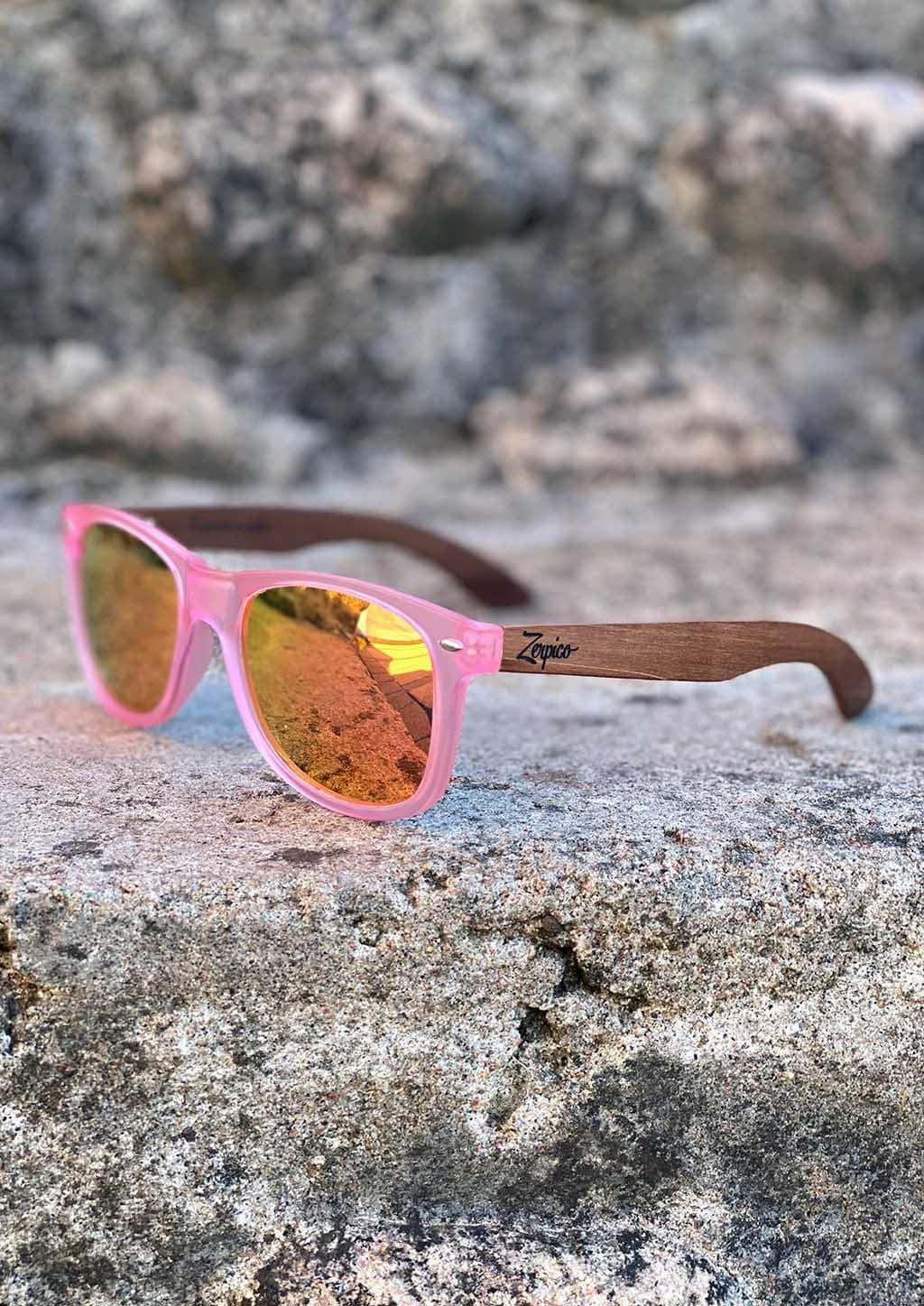 Eyewood Wayfarer - Coral - Nice wayfarers with pink frame and pink lenses. From the front outside in the sun.