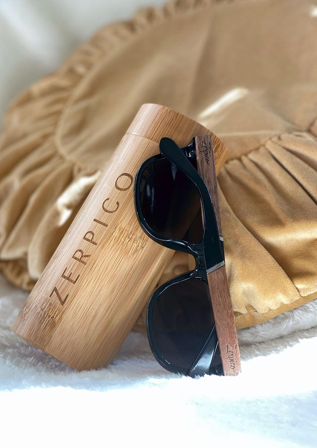 Eyewood Wayfarers - Fusion - Viper - A mix of acetate and wood makes theses sunglasses unique. Showing of details and colors.