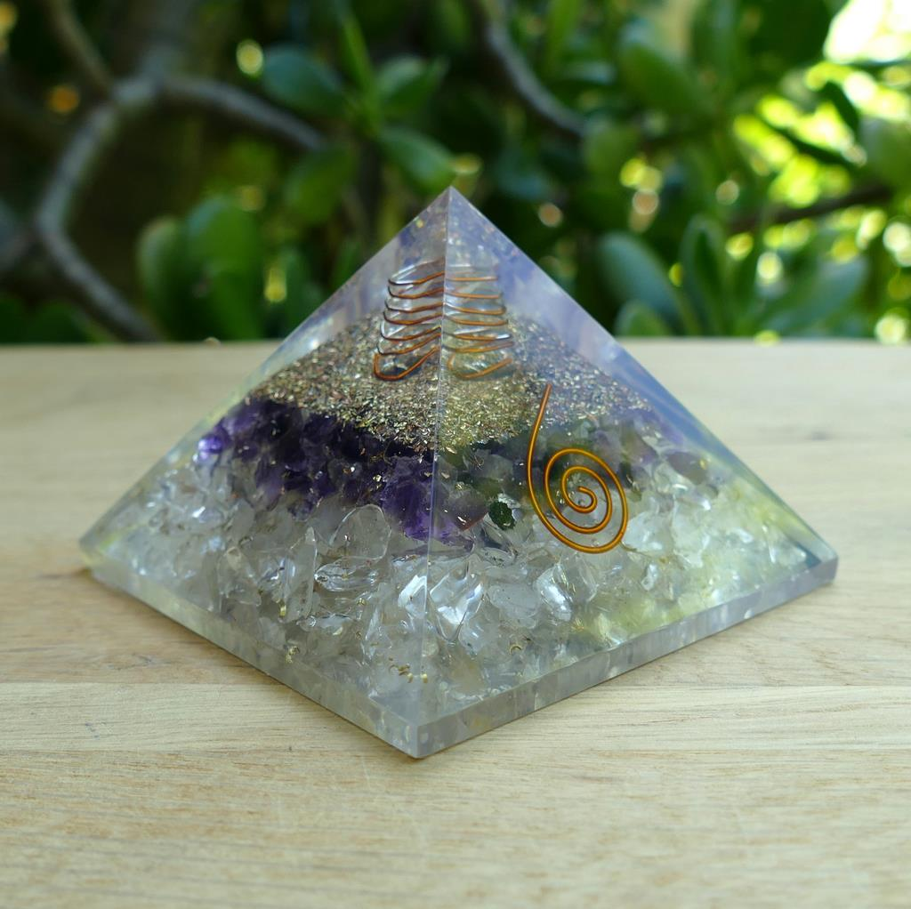 orgonite-pyramid-amethyst-quartz