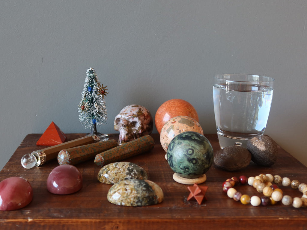 jasper stones, water, moqui marbles, christmas tree for jasper meditation preparations
