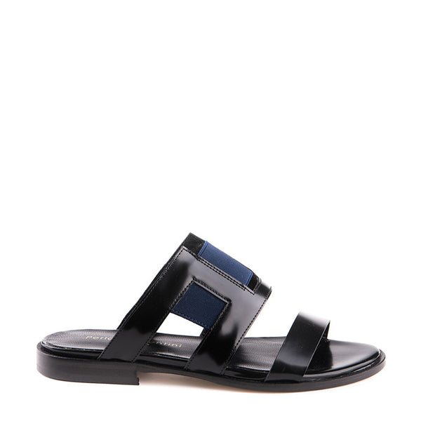 Flat sandal with elastic details