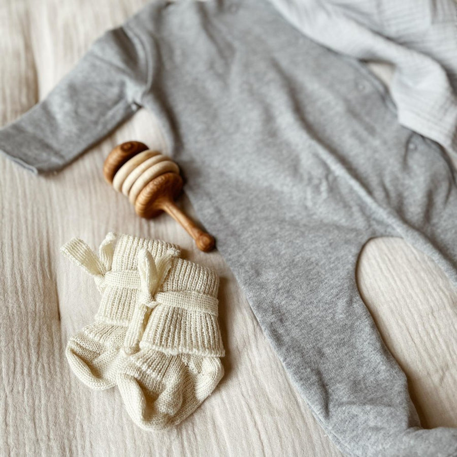 Newborn Gift box - Swaddle - Baby Socks - Rattle - Grey suit - Zoenvoorgust.com
