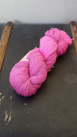 A stronge merino/nylon sock yarn with added sparkle for a glimmer look.