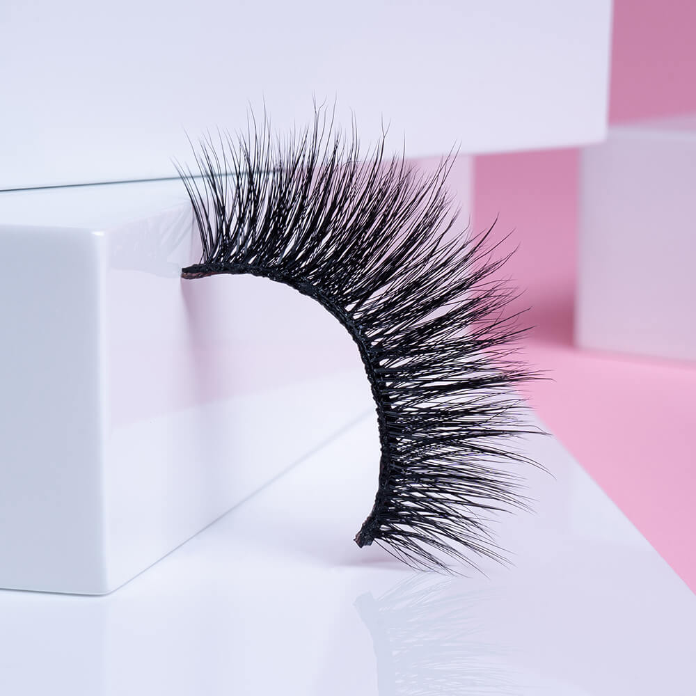 These 3D eyelashes are part of our deluxe Premier collection and are made from ultra-fine, real silk fibers that are exceptionally lightweight.