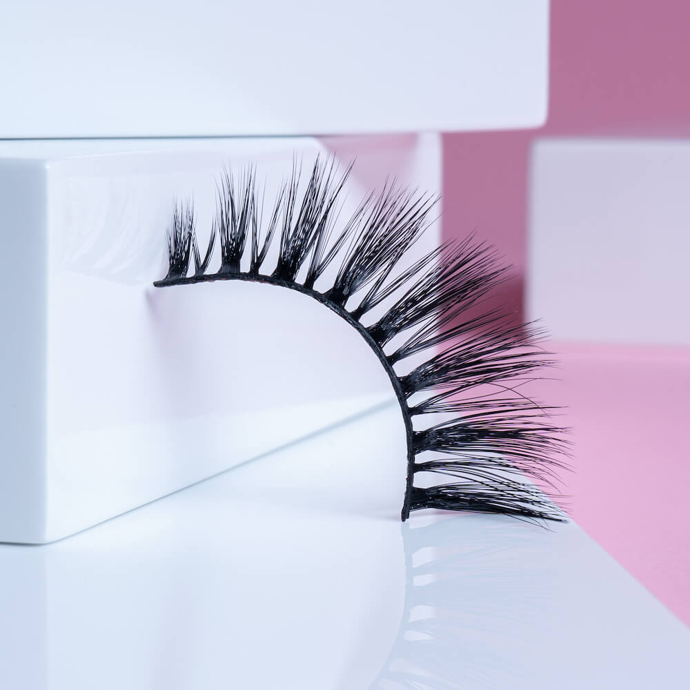 The Mandee eyelashes create an alluring and wide-eyed gaze.