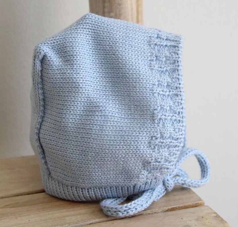Knitted bonnet in blue