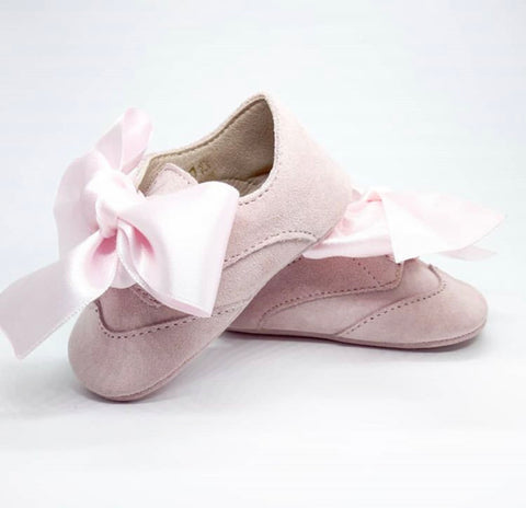 Baby shoes in pink suede