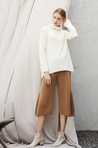 Turtle neck mid-length cashmere jumper / Cropped cashmere trousers