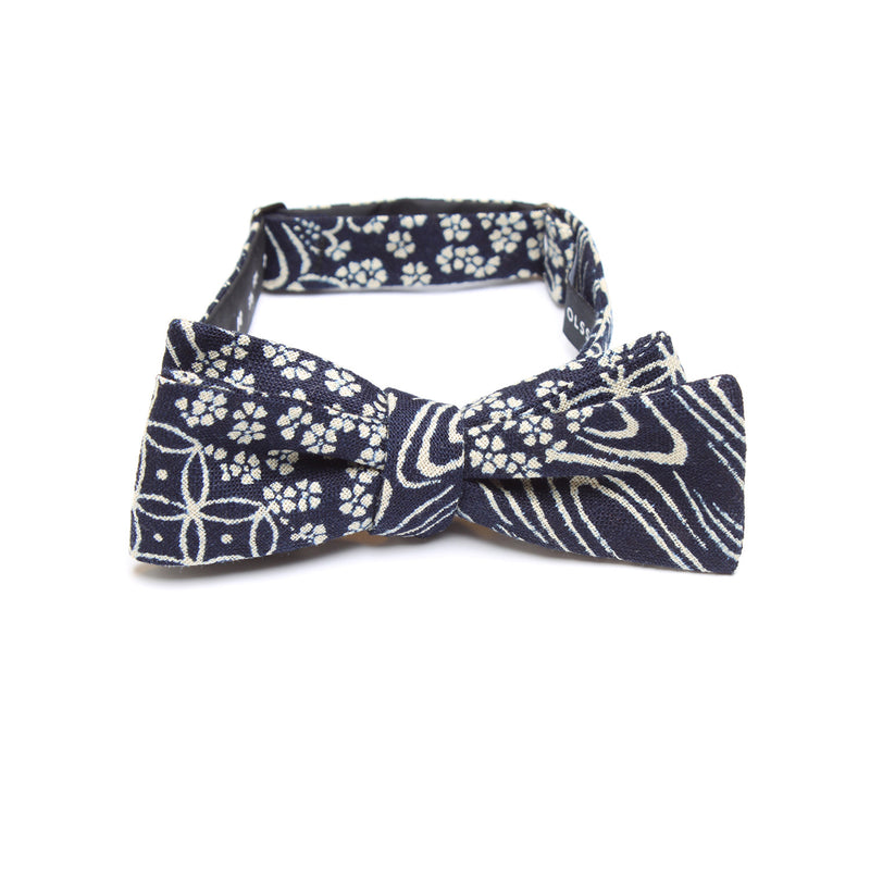 This handmade batwing bow tie by Olaf Olsson is made of Japanese cotton that has a wonderful patchwork boro sashiko pattern from Japan. The Indigo Patchwork bow tie is great neckwear.