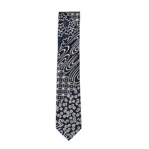 The Indigo Patchwork necktie is a thin necktie from Olaf Olsson made from Japanese fabric with a sashiko patchwork print from Japan. It is beautiful neckwear.