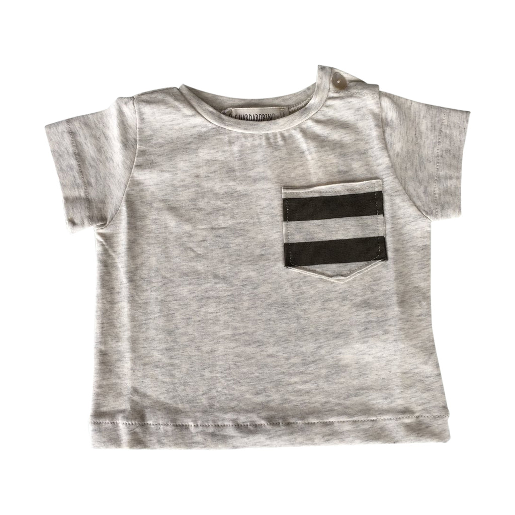 Baby boys basic short-sleeve t-shirt in beige melange with a small striped army green pocket by Il Guardarobino