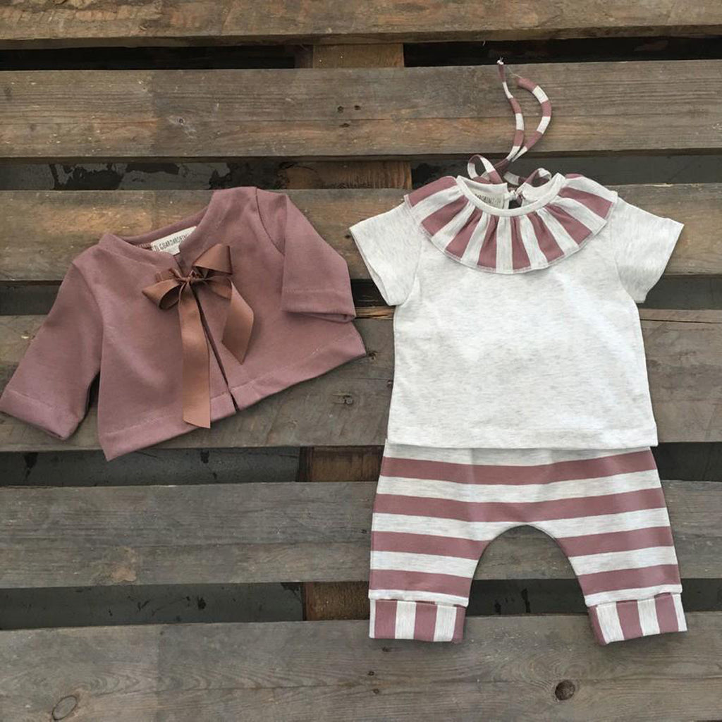 Baby girl outfit with beige t-shirt, embellished by a striped dusty pink ruffle neck by Il Guardarobino