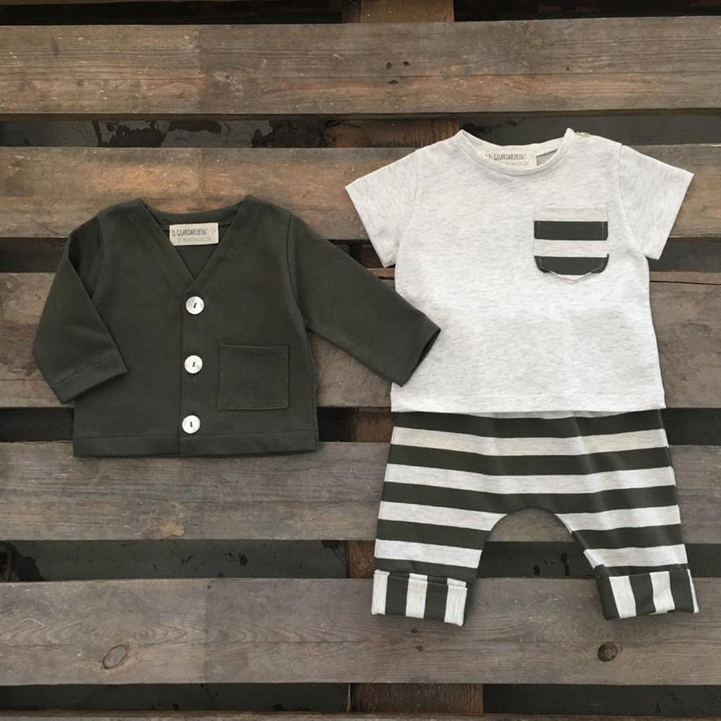 Baby boy outfit with short-sleeve t-shirt in beige melange with a small striped army green pocket by Il Guardarobino