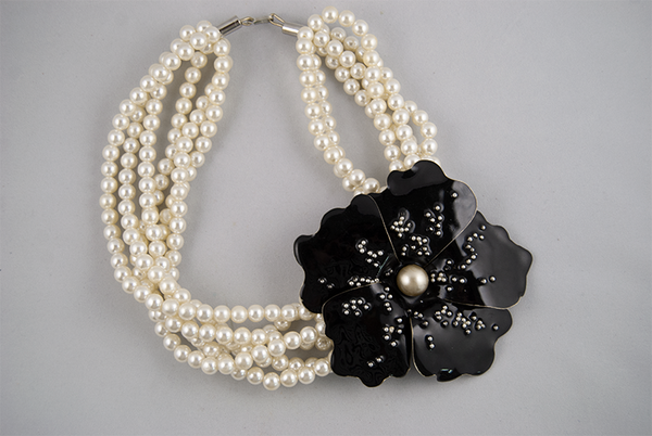 Pearl necklace with black flower