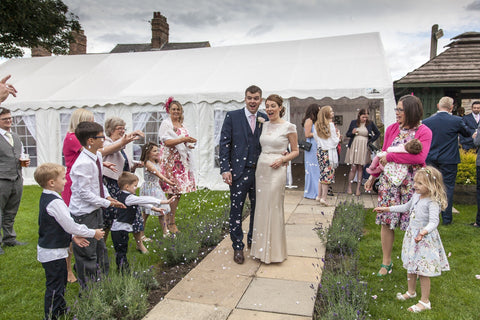 What size tent do I need for 100 guests?