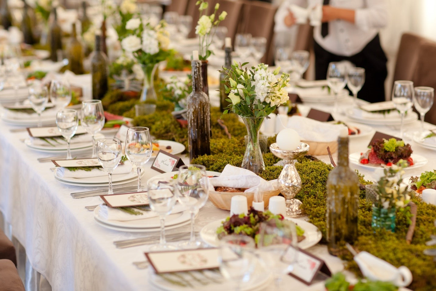 outdoor theme banquet table with white tablecloth