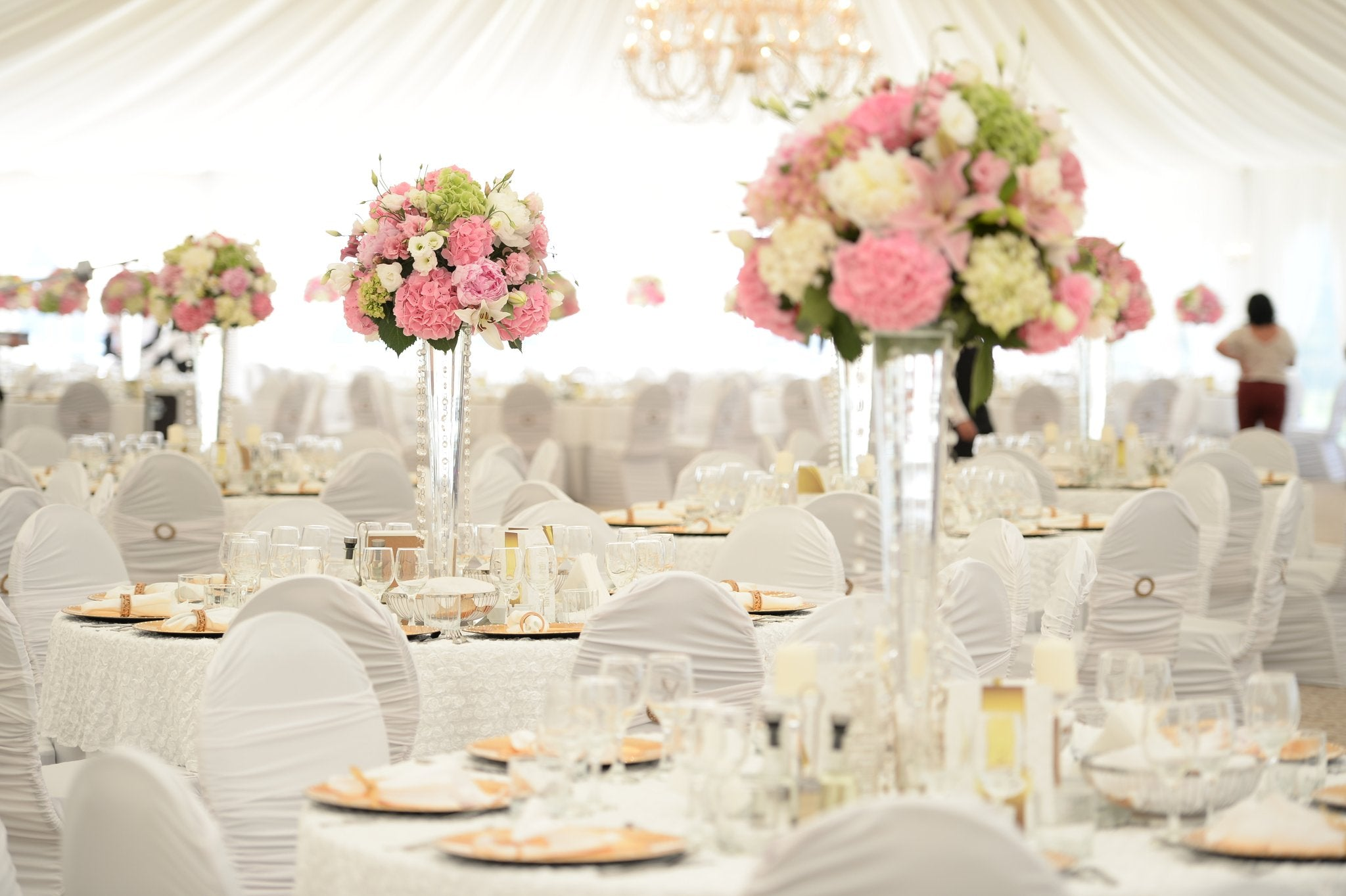 dinner table with tablecloths, chair covers and chair sashes
