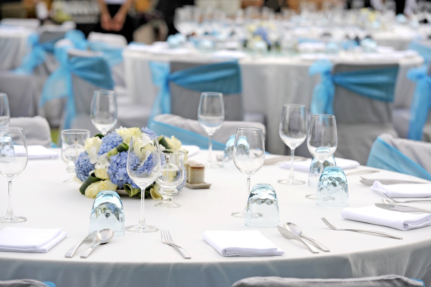 tablecloths at dinner banquet with chair covers and chair sashes