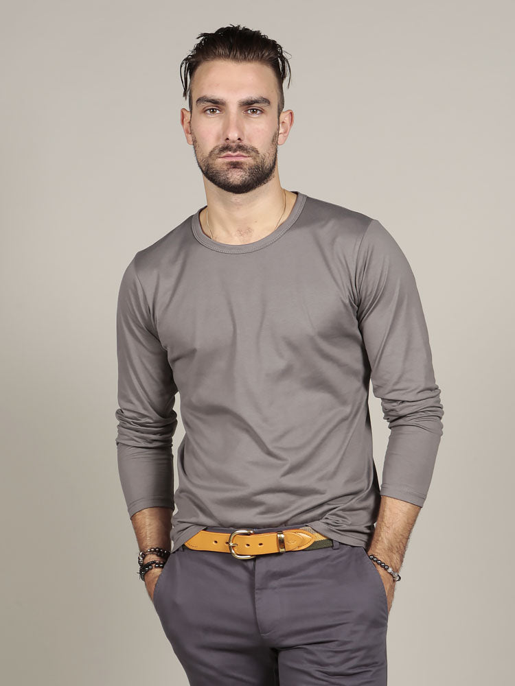 Model wearing canvas belt with grey trousers and grey t-shirt