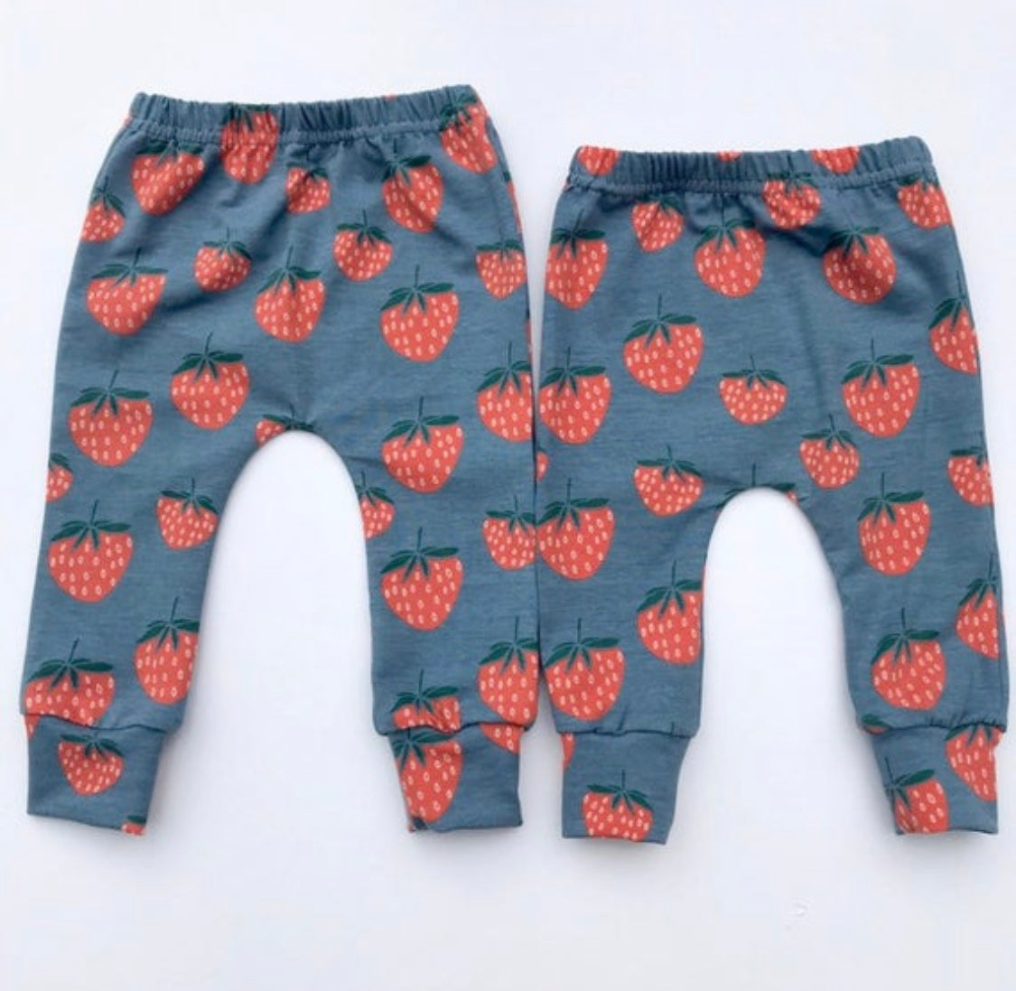 "Eddie & Bee organic cotton leggings in Blue ""Strawberry"" print."