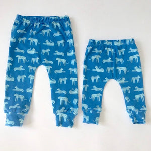 "Eddie & Bee cotton leggings in blue "" Fierce felines "" print."