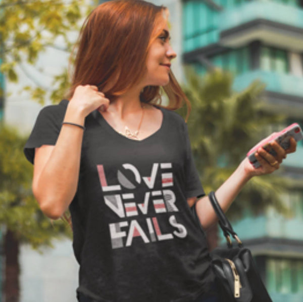 Love Never Fails Women's Scoopneck T-Shirt